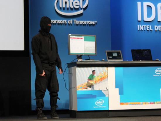 Нинзя-хакер на сцене IDF. Источник — techreport.com