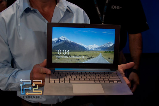 Ультрабук ASUS в руках сотрудника Intel