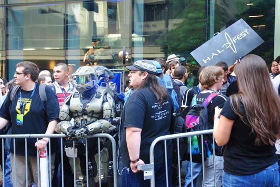 Толпу посетителей так называемого Halo Fest на PAX Prime 2011 было трудно не заметить