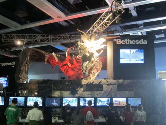 PAX Prime 2011 - А под впечатляющим макетом огнедышащего монстра уютно разместились гости стенда The Elder Scrolls V: Skyrim