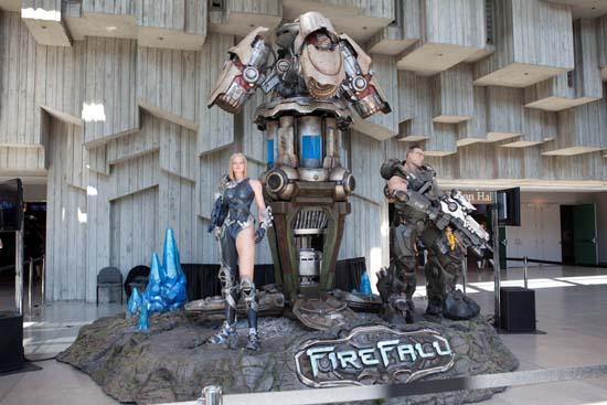 PAX Prime 2011 запомнилась прежде всего огромным количеством скульптур и манекенов, посвященных самым известным играм - возле этой экспозиции Firefall, например, охотно фотографировались все, кому не лень