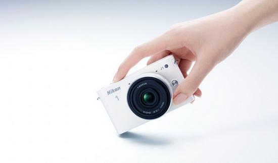 Здесь заметно, насколько компактен Nikon 1 J1