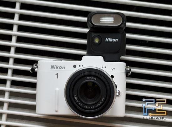 Nikon 1 V1 с подключенной вспышкой