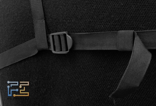 Затяжная пряжка на ремне, который удерживает подголовник накидки