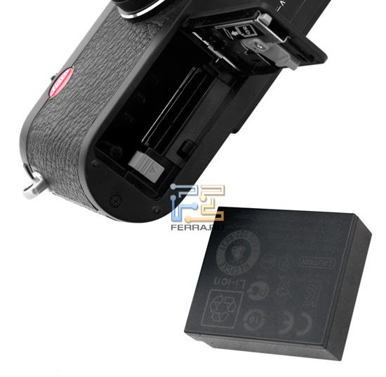 Leica X1: открытый отсек для батареи и аккумулятор