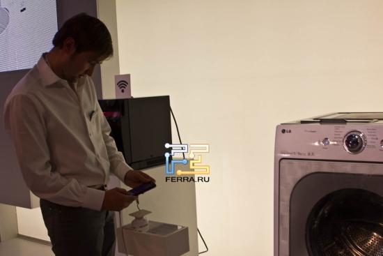 Сотрудник LG управляет стиральной машиной через телефон