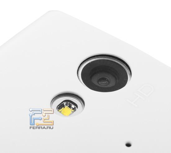 Объектив встроенной камеры и вспышка Sony Ericsson Xperia ray