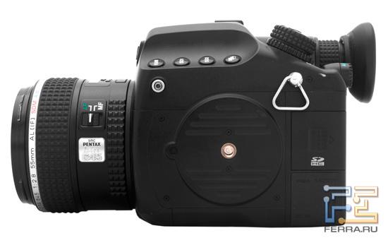 Фотоаппарат Pentax 645D: гнездо на штатив расположено на левой части камеры