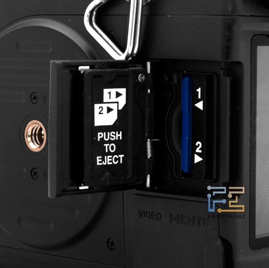 Фотоаппарат Pentax 645D оснащен двумя слотами для карт памяти