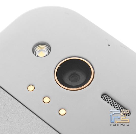 Объектив встроенной камеры на задней стороне корпуса HTC Rhyme