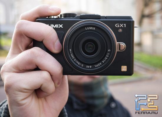 Panasonic Lumix GX1 с объективом Lumix G 14/2.5 в руке