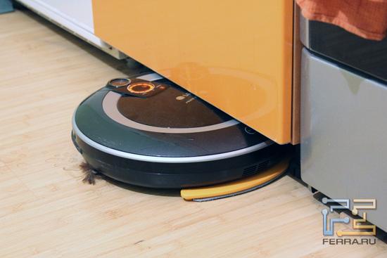 Пылесос LG Home Bot VR591 залезает под шкаф
