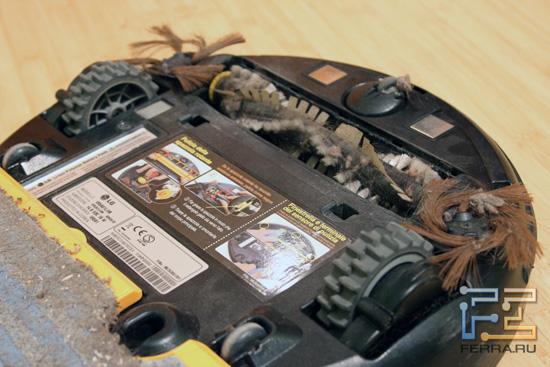 Грязь на щетках пылесоса LG Home Bot VR591