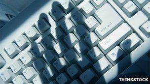 Зловещая тень руки над клавиатурой