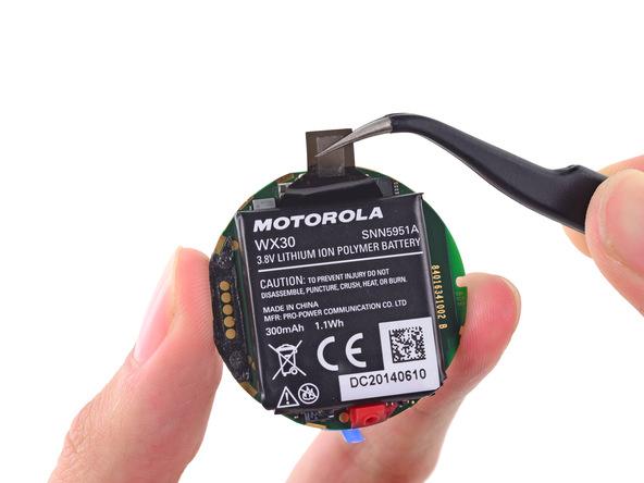 �������� iFixit ���������� � �����-����� Moto 360 ��������� ���������