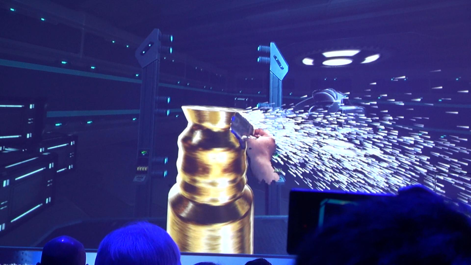 Новый шлем Intel Project Alloy переносит настоящие предметы в виртуальную реальность