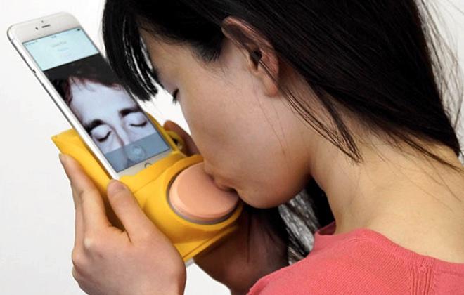 Британские разработчики придумали смартфонный чехол для передачи поцелуев