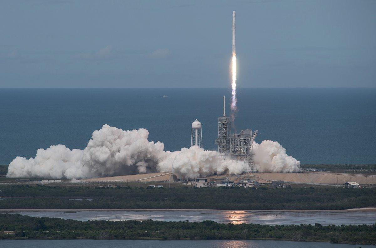 spacex отправила корабль грузом мкс