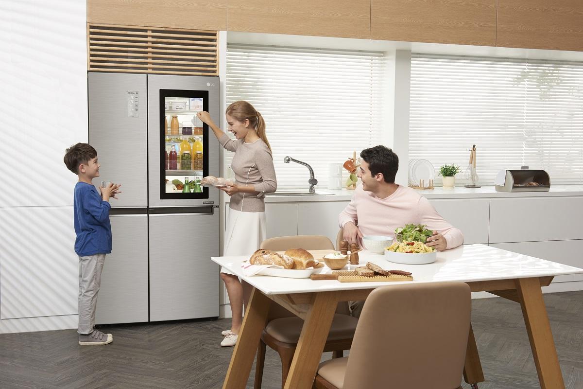 LG выпустила в России холодильник с отзывающимся на стук окошком