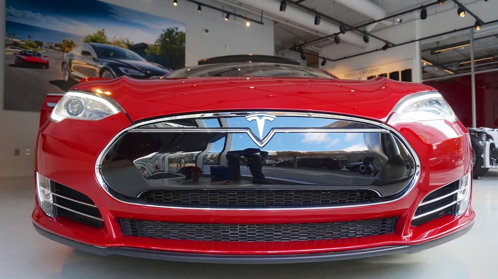 Tesla собирается построить две или три большие фабрики для производства аккумуляторов
