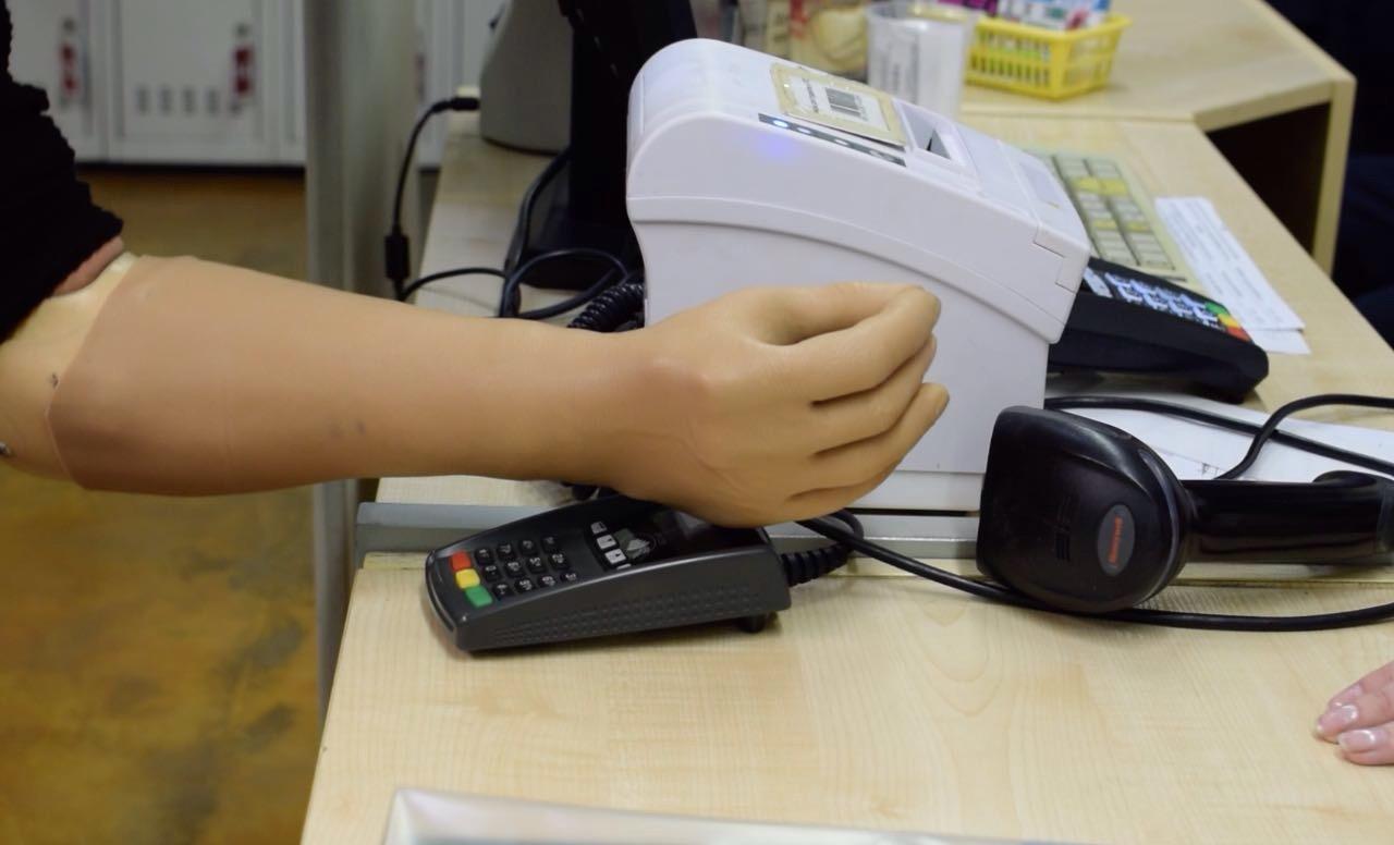 Альфа-Банк запустил протез с технологией бесконтактной оплаты