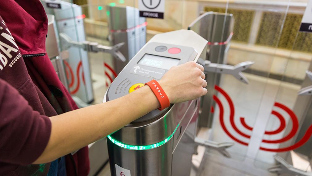 В московском метро появились браслеты с чипом «Тройки»