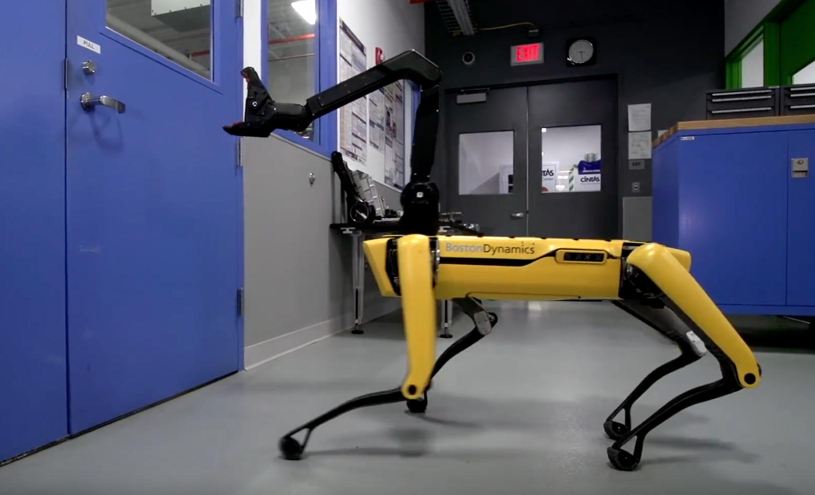 Роботы-собаки Boston Dynamics открывают двери и сбиваются в стаи