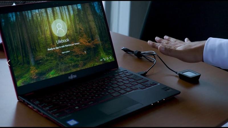 Ноутбук Fujitsu LifeBook U938 распознает пользователя по рисунку сосудов ладони