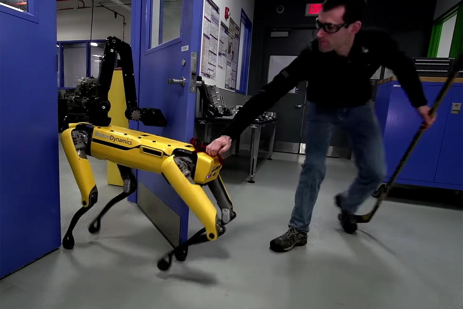 Робот-собака Boston Dynamics оказала сопротивление человеку