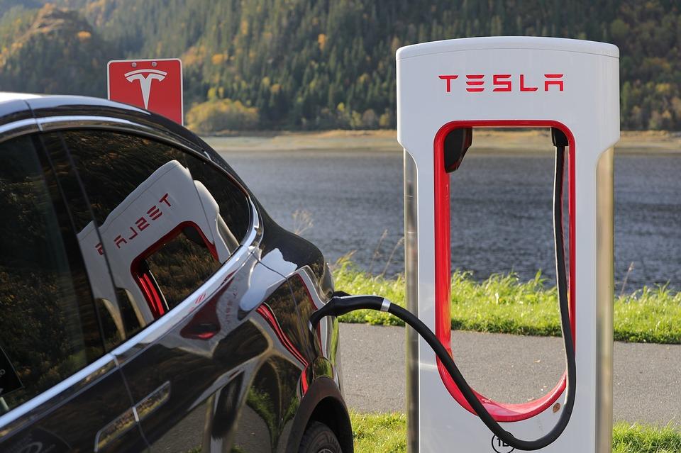 Tesla увольняет тысячи сотрудников