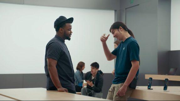 Samsung снова посмеялась над iPhone X