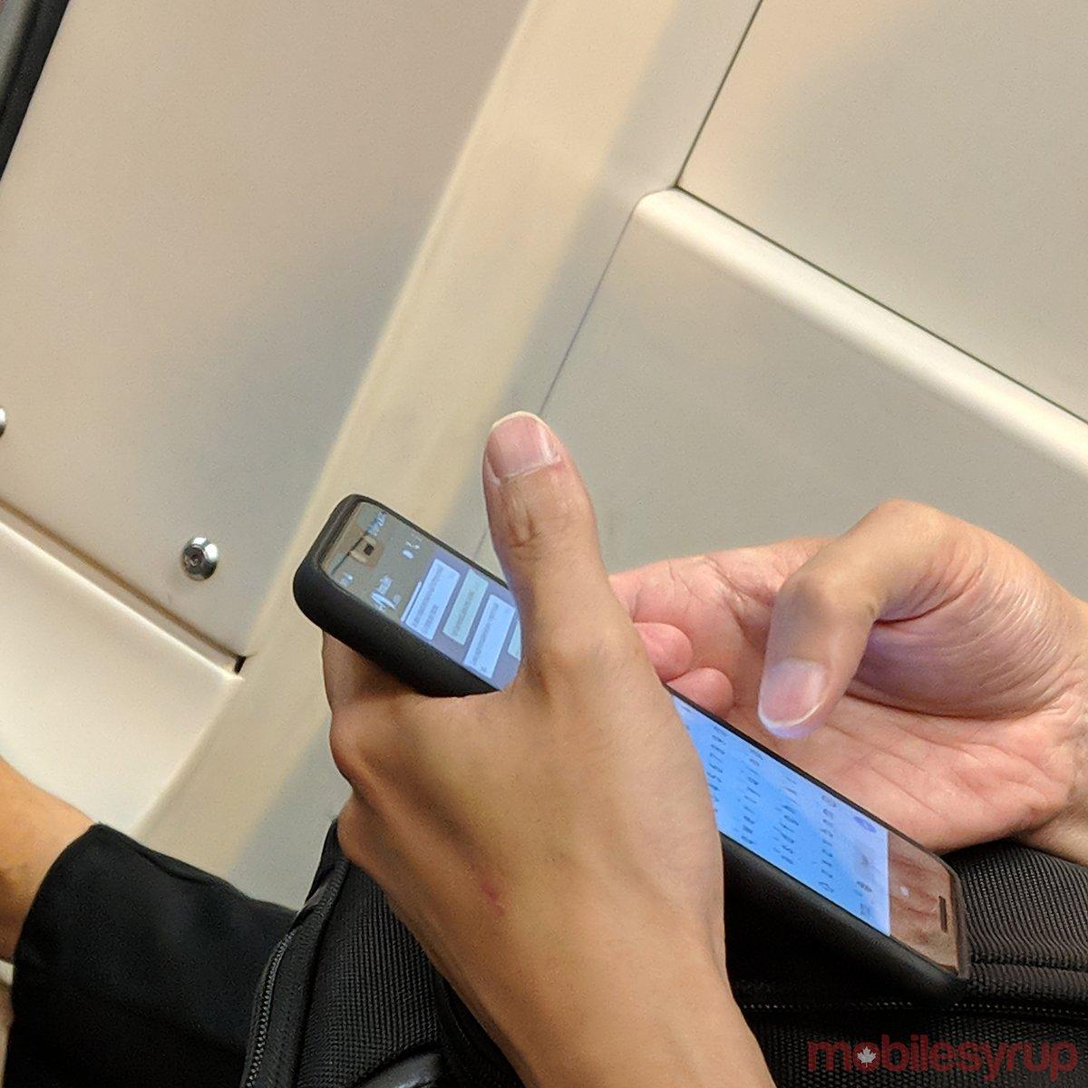 Новый флагманский смартфон Google замечен в трамвае в Торонто