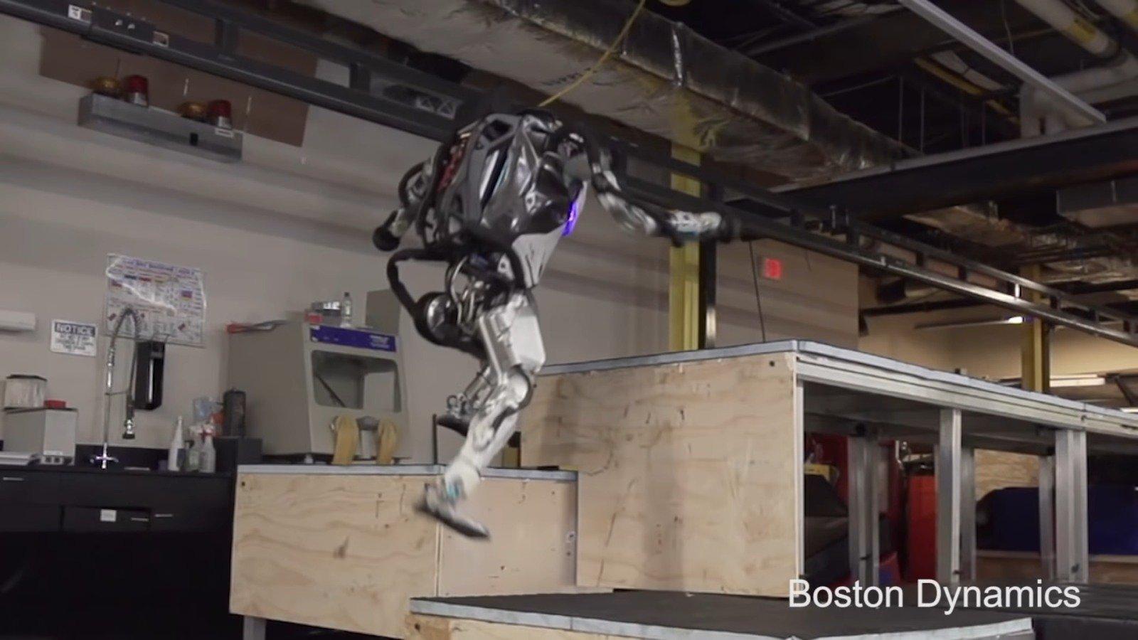 Человекоподобный робот Boston Dynamics показал настоящий паркур