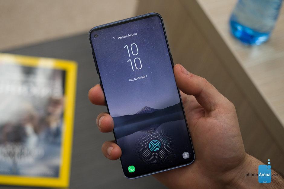 Новый флагман Samsung может получить двойную дыру в дисплее