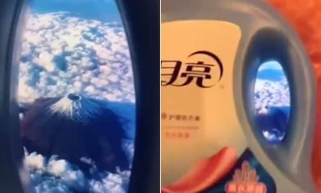 В Китае массово создают «самолётные» селфи с помощью бутылок и унитазов