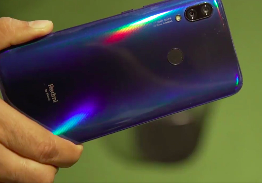 Xiaomi спустила собственный смартфон по лестнице