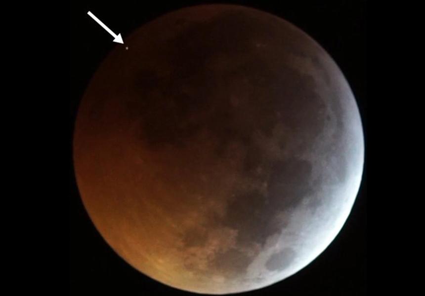 В Луну с огромной скоростью врезался метеорит