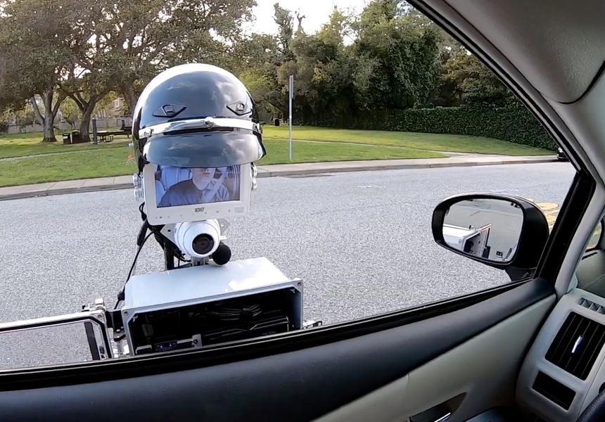 Робот-полицейский проверил у водителей документы