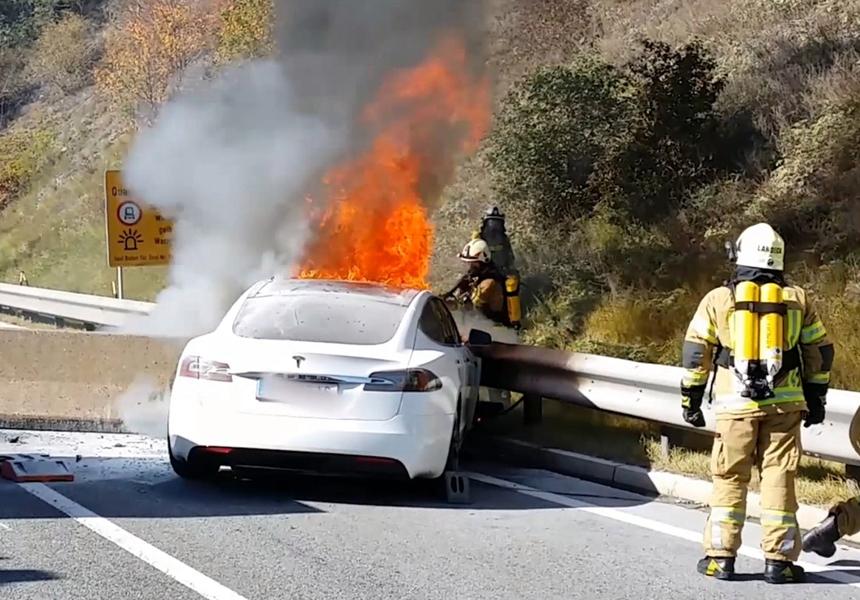 Tesla рассказала, почему загораются её электрокары