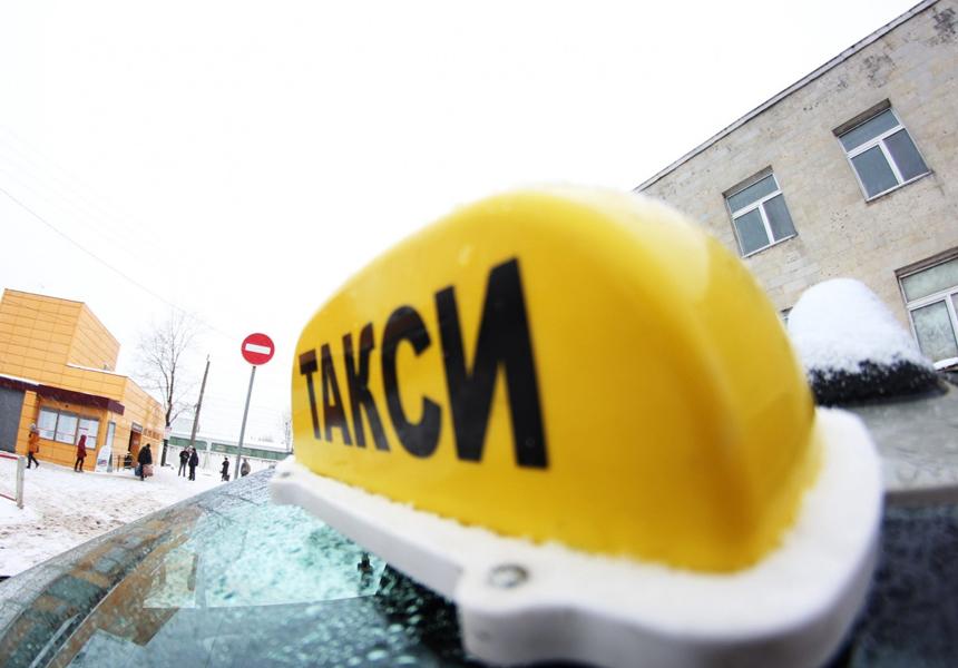 Определено, кто в России чаще всего оставляет чаевые таксистам