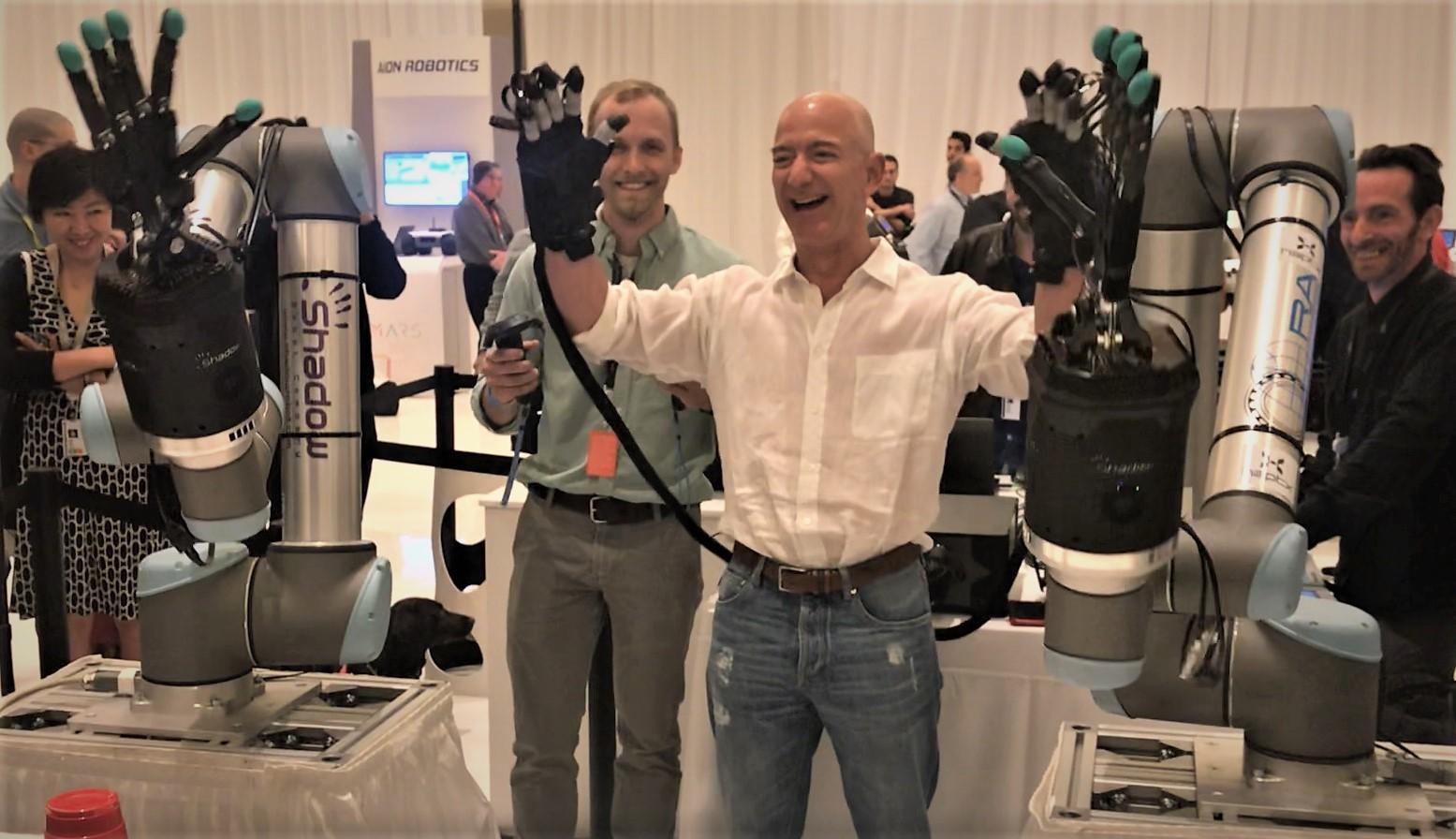 Самый богатый человек в мире опробовал фантастическую робо-руку