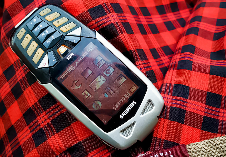 Прочных кнопочных телефонов было много, броневик с камерой и огромным экраном был один — Siemens M65