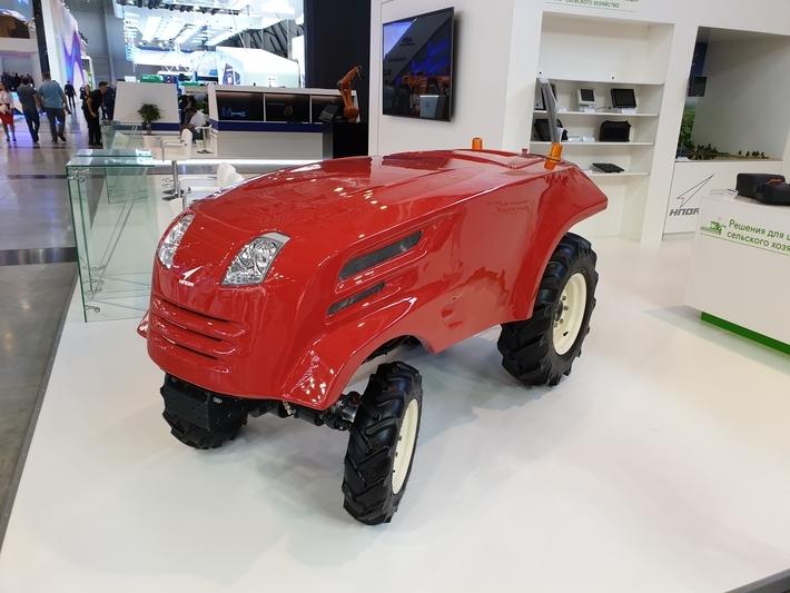 Роскосмос показал беспилотный трактор