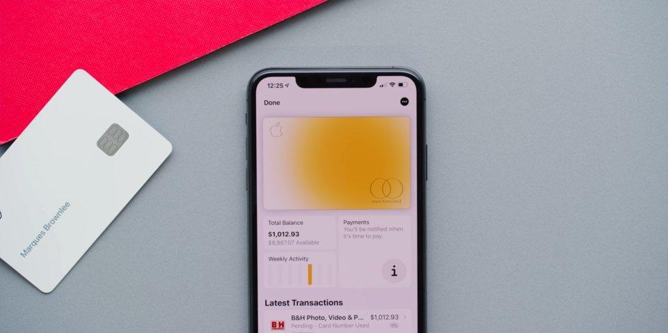 Банковская карта Apple меняет цвет в зависимости от покупок