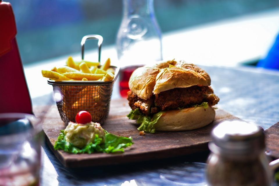 Увеличение количества ресторанов с фастфудом связали с частотой инфарктов у населения