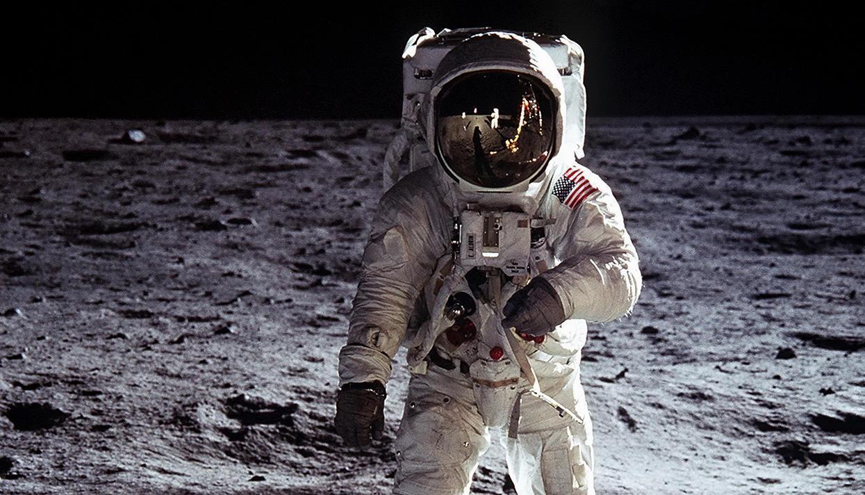 Американские ученые начали изучение лунного грунта, привезенного 50 лет назад