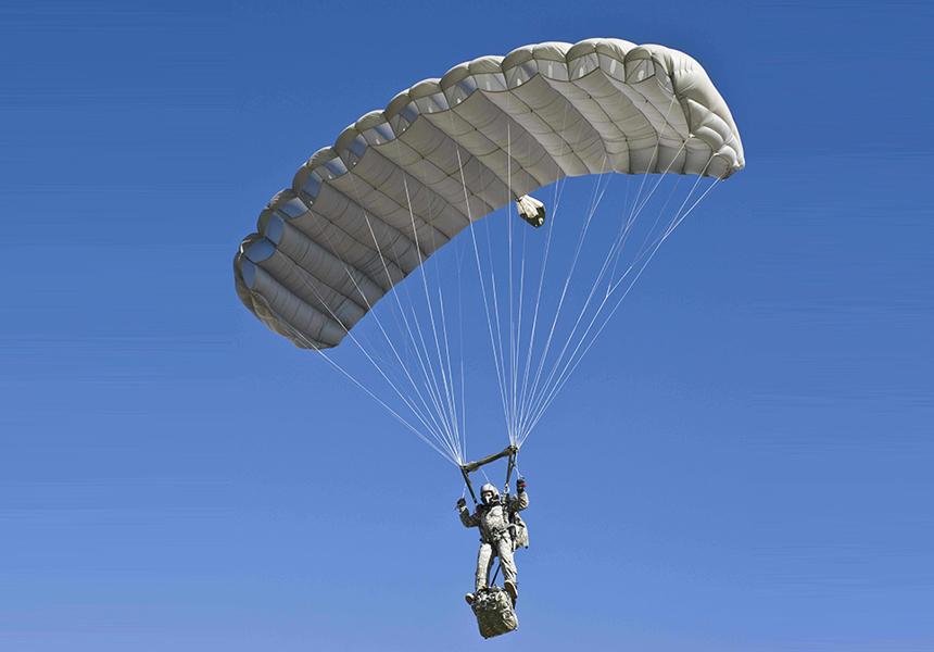 Американские десантники научатся прыгать с «заоблачных» высот благодаря новому парашюту