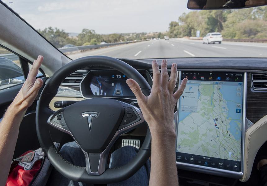 Владельца Tesla арестовали за чистку зубов на скорости 135 км/ч