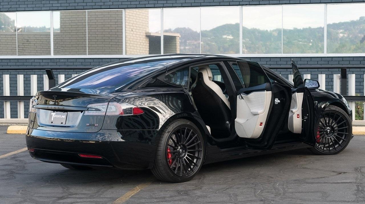 Электромобили Tesla научатся разговаривать с пешеходами