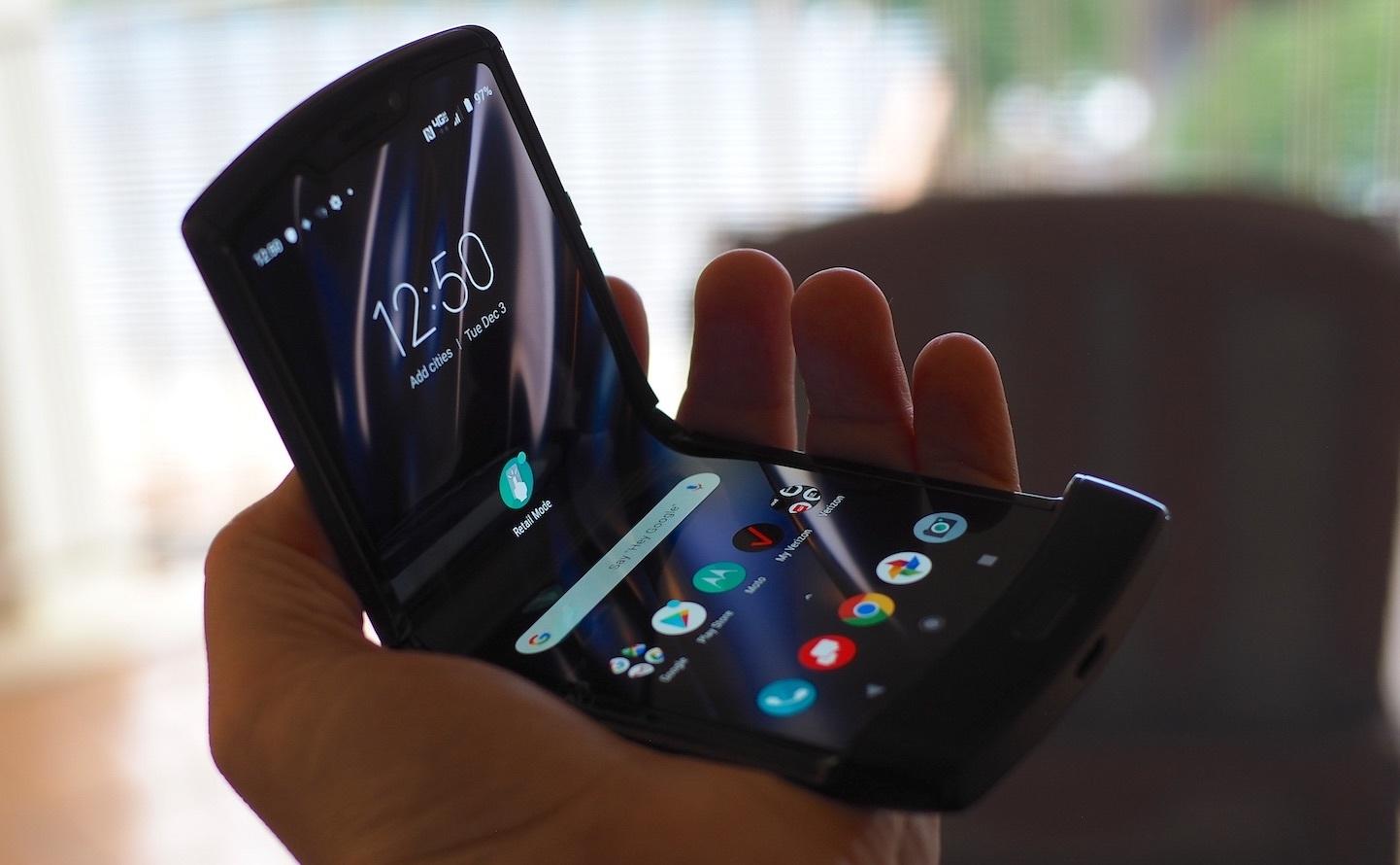 В сети появилось фото коммерческой версии гибкой раскладушки Motorola RAZR 2019